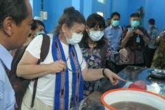 Mrs. Hilal Elver melihat proses pengolahan Ikan