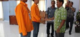 Jabat tangan setelah pelepasan tanda pengenal peserta